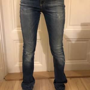 mörkblå straight jeans från Hunkydory