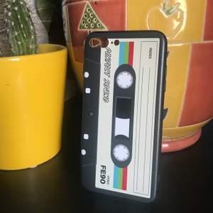 Ett snyggt retro mobilskal till iPhone 7 Plus och iPhone 8 plus. Helt nytt och oanvänt. Frakt är 12 kr. Köp nu! ✨✨