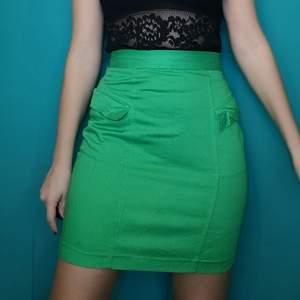 Så så fin ärtgrön tight kjol i äldre modell från gamla H&M. Storlek 38, midjan mäter cirka 70 cm. Frakt ligger på 48 kr, samfraktar gärna! 😊👍