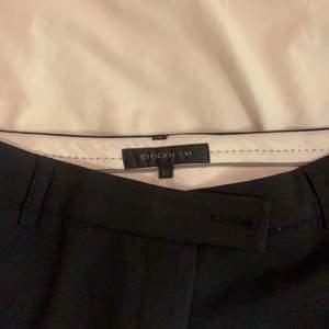 snygga kostymbyxor som är låga och raka/utsvängda. Köpta för flera år sen men använda enstaka gånger. Hör av er vid frågor!