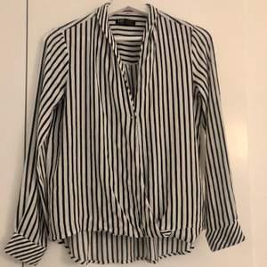 Säljer en svart vit randig blus från Zara. Bra skick som nya. Storlek M