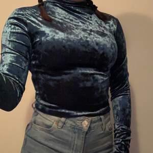 En jätte snygg tröja från Gina gjord av sammet. Storlek xs men den e lite tajt så skulle säga att den passar bättre till en xxs 50  kr plus frakt❤️