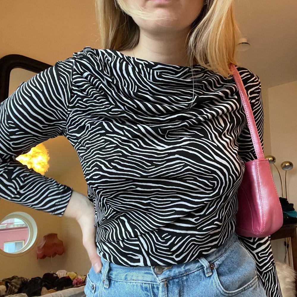 Världens snyggaste tröja i Zebra mönster i trendig modell💓 jag hade turen att hitta två av dessa secondhand och säljer nu den i storlek M🤩 (jag bär den i L på bilden)💖. Toppar.