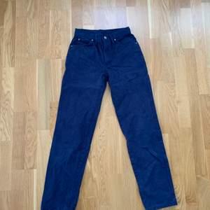 Säljer dessa sjukt snygga vintage Lee jeans som är för små för mig 😢 Står ingen strl på jeansen men mått finns på sista bilden för att underlätta🧡 Färgen är inte så blåa som de två första bilderna, utan är mer som i sista bilderna 💗💗 Hör av dig för fler bilder 🥰💕 Köpare står för frakt 💟💟