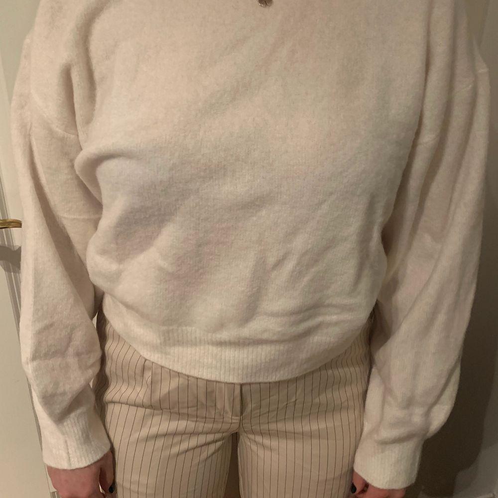 Vit mysig tröja från weekday i storlek S, aldrig använd.. Tröjor & Koftor.