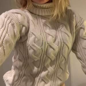 EXTREMT gosig tröja ifrån Nakd🥰 Har inte använt tröjan något och prislappen sitter kvar, perfekt nu på våren eller kyliga sommarkvällar☺️☺️ Köpte den för ca 400kr och säljer den för 100kr+frakt😉😉