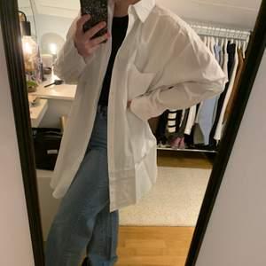 Superfin vit skjortklänning från Nelly. Aldrig använd med prislappen kvar. Superfin (men något annat än t-shirt och jeans under). Köpt i somras för 500 kr.