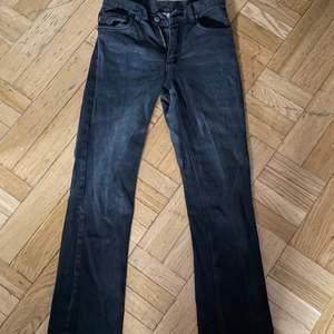 Svarta jeans som sitter jättefint verkligen, dom är raka i modellen! Skriv för fler bilder🍄💕