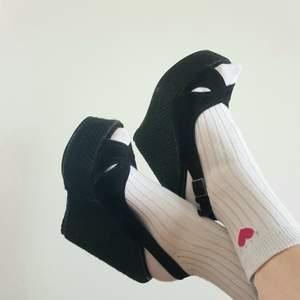 Ett par wedge-sandaletter med hög kilklack i strl 39. Den högra skon är pyttelite större framtill men det märks inte överdrivet mycket. Använda men i bra skick. Köparen betalar frakten! 🖤