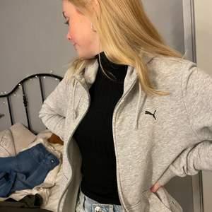 As snygg grå puma tröja med dragkedja! Ganska hög krage, snygg både knäppt och uppknäppt!