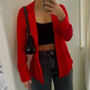 Röd skjorta i satin, snygg både knäppt och uppknäppt