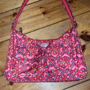 Jättesnygg handväska med 80-tals vibe😻 köpte från oilily för 600kr💖💕 det finns två fickor på utsidan och så finns det även ett fack på insidan:)