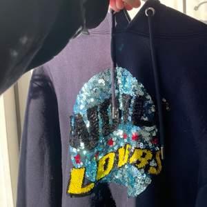 """Säljer denna as coola mörkblå Sandro hoodie med texten """"world lovers""""😍 den är liiiite nopprig men annars i fint skick! Nypris är runt 2000, buda från 800kr, köparen står för frakten"""