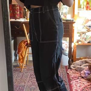 Svarta högmidjade byxor med vita sömmar. Köpta från h&m och väldigt bra kvalite! 😋💗