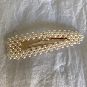 🤍 Jättefint pärlhårspenne från Ginatricot                                        🤍 Säljer för 25kr