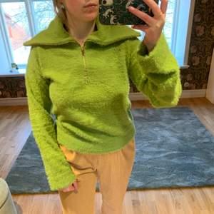 Skön stickad/luden, grön tröja från NA-KD. Aldrig använd så den är i nyskick. Är i en härlig, vårlig grön färg. Lagom tjock så passar bra nu till våren! Dragkedjan gör så att man kan styla på massa olika sätt, såsom jag har på bilden är bara ett förslag! :)