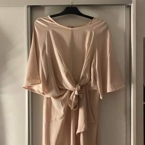 Ljusrosa vacker balklänning! Från VILA storlek 40, jag är maxad M och 164cm, använde klackar till kläningen, dragkedja i ryggen! Endast använd 1 gng! Kan skicka bild med den på i chatten:) 300kr+frakt 66kr