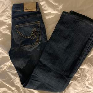 super snygga vintage lågmidjade jeans!💗 passar ej mig därför har jag inga bilder på! innerbenslängden är 68cm💗💗  De är ifrån lab industries