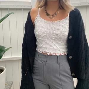 Spetsigt croppat linne från Bikbok. Passar Xs-s. Använd men ser ut precis som ny. Snyggt med kofta!!! Frakt tillkommer på 49kr. Alltid snabb affär!!!⭐️🌈⚡️