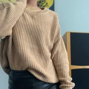 Mysig stickad tröja från Amisu, NewYorker. Storlek L för att jag ville ha den mer oversized. Säljes pga har två likadana tydligen 😅 sparsamt använd. Frakt tillkommer om den ska skickas.