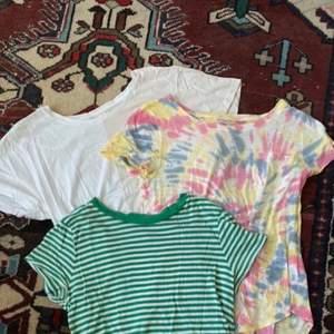 Den gröna är från HM i storlek S, den färgglada i batik är från Hollister i storlek XS men är lite oversized, den halva rosa halva vita är från monki i storlek M. 60kr styck eller 160kr för alla! 💖 Skriv om du vill ha fler bilder på en speciell/har frågor