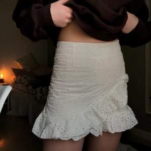 """Super fin kjol med """"mönster"""" från shein🤍 använd fåtal gånger! Storlek XS med passar även S , kjolen har insydda """"shorts"""" under vilket är väldigt skönt! Kjolen har en dragkedja bak🤍 Nypris: 159kr"""