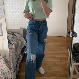 Snygga blå jeans som passar perfekt nu till sommaren! Jag är 173 cm. Bra skick, frakt ingår i priset💕