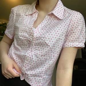 Fin secondhand skjorta. Skulle säga att storleken är som en xs/s. Frakt tillkommer ❣️