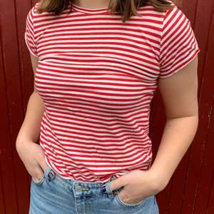 Röd/vit randig T-shirt från HM i storlek S