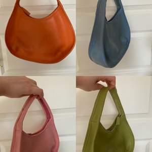 Säljer dom här väskorna i flera olika färger. Typ alla har lite smuts på sig men de går nog att ta bort. Bara att skriva vid intresse🥰 100kr/st eller högsta bud💖