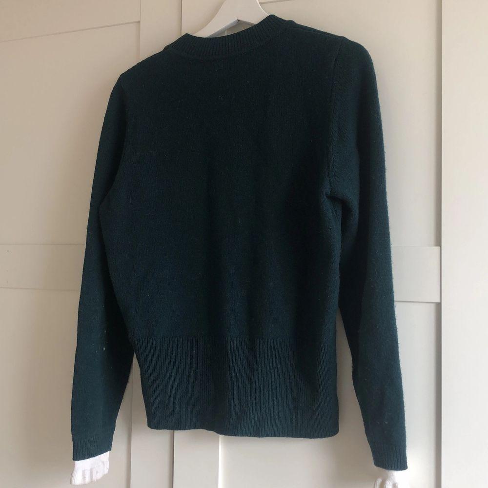 Stickad tröja med 47% ull. Garanterad äkta köpt i deras butik på biblioteksgatan. Nypris: ca 1700. Stickat.