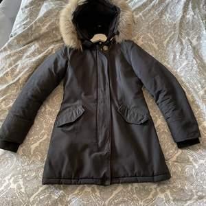Säljer en svart pälsjacka i storlek xs, inköpt från miinto för 2700kr. Säljes för 700kr, innertyget på ena ficka är sönder och går att laga