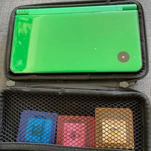 ett grönt Nintendo DS med skal och 5 spel