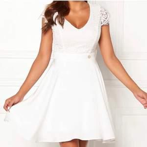 Nu själjer jag denna fina vita klänningen. Den har endast används 1 gång och är en väldigt skön och bekväm. Klänning som är helt perfekt för konfirmation eller studenten! Jag köpte den på bubble room för 599 kr men nu säljer jag den för endast 199kr💗💗