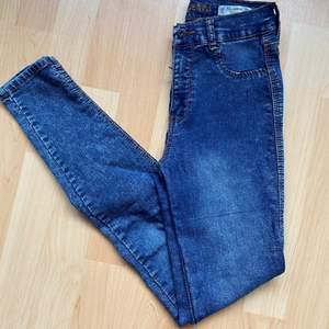Säljer dessa jeans från Pull & Bear. Storleken är 36. Använd en gång, i fint skick.
