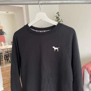 Säljer min sweatshirt från pink, använt några gånger men ser inte använd ut. Normal i storlek. Skickar gärna, köparen står för frakten 🤎
