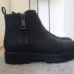 Säljer fina svarta boots från Only i storlek 37. Använda bara ett par gånger. Skorna ser ut att vara lite chunky och är i riktigt bra skick. Pris kan diskuteras. Jag kan mötas upp i Stockholm eller så står köparen för frakt. :)