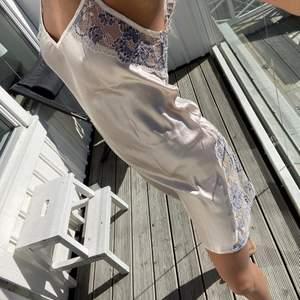 Nattlinneinspirerad klänning i storlek S, så fin till sommaren, silke material