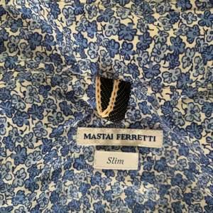 Blommig skjorta som jag köpt här för ngt år sen! Superbra skick, lite stor på mig som e XS/S, men inte så d ser dåligt ut haha. Fraktar