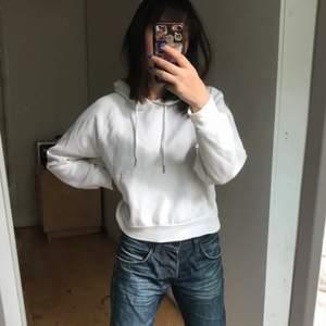 """vit hoodie från monki! storlek xxs men passar mig som har S💕 det har varit stenar på framsidan men de har ramlat av så det är lite """"prickigt"""" men det är inget som syns alls"""