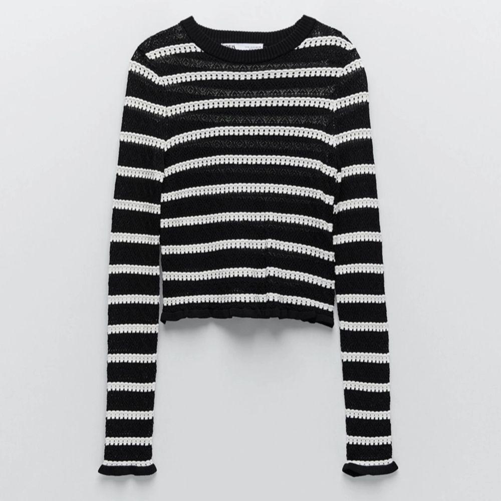 Populär svart vit randig croppad Zara top! Endast använd vid ett tillfälle!🤎bud på 410kr. Toppar.