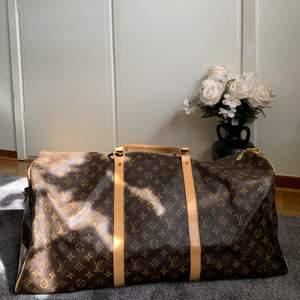 Louis Vuitton travel bag XL, köpt på second hand i Paris för 2000kr, väldigt bra skick och väldigt fin, äkta skinn, lite små skader på den som ni ser på bilderna 💕 den är väldigt stor så man är medveten om de 😘