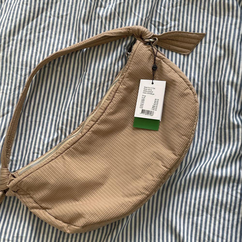 Ny väska från hvisk, nypris 995kr. Frakt kostar 45kr om den knycklas ihop, annars 62kr.. Accessoarer.