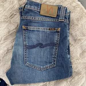 Skitsnygga Nudie low waist jeans som sitter tajta kring rumpan å låren och blir pösiga vid smalbenen och viker sig jättesnyggt vid anklarna, säljer för dom är lite för tajta för mig i midjan  Storlek W30 L34 😍