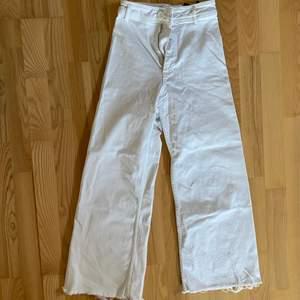 Jättejättefina jeans från zara! Köpte för 2 - 3 år sedan men endast använda 2 ggr eftersom de har blivit för små!!! Storlek 34. Jättefint skick förutom en missfärgning på en bakficka men det syns knappt, skickar bild på dm! Öppen för erbjudanden
