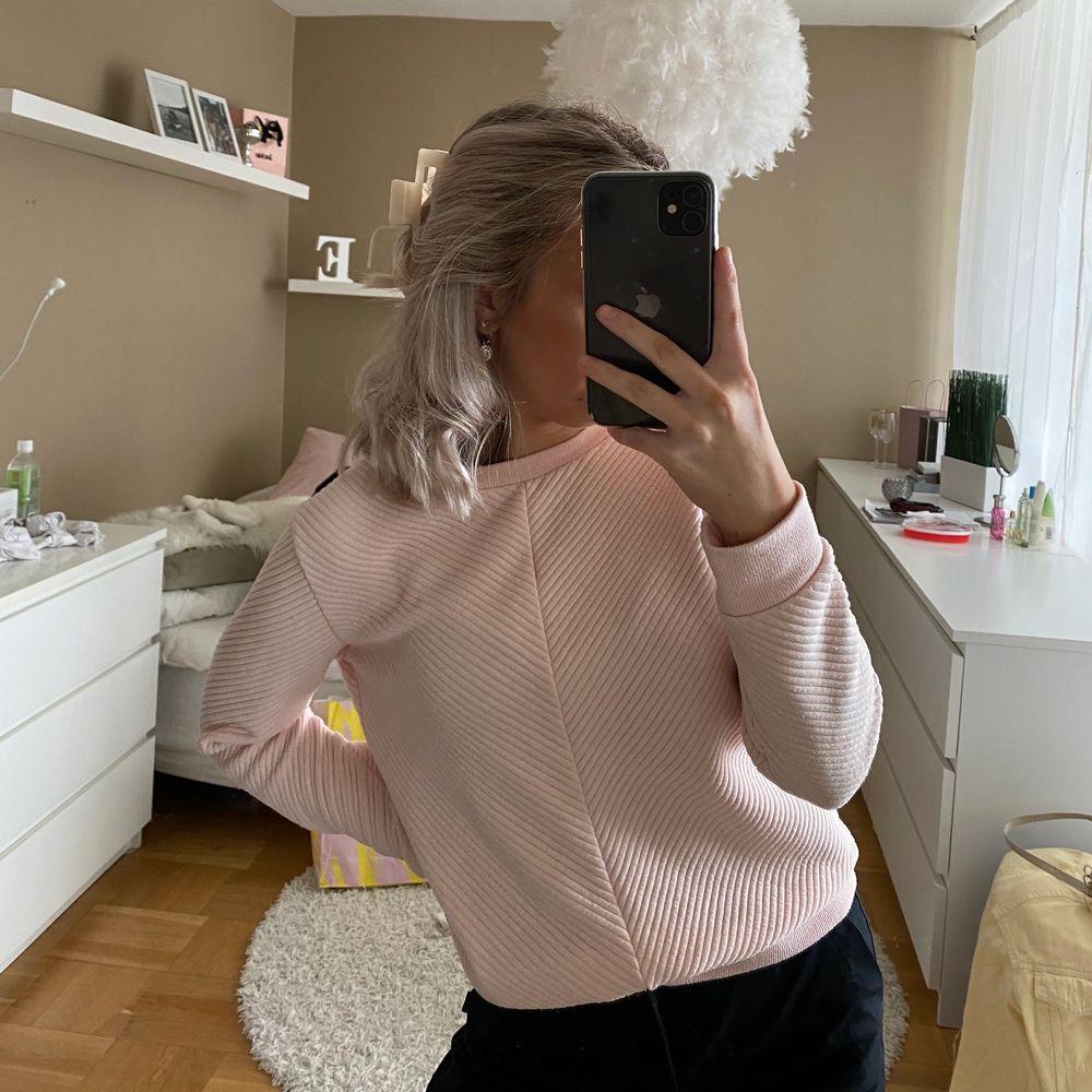 Rosa tröja i storlek S 💕 sitter bra och få gånger använd.. Tröjor & Koftor.