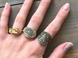 Säljer alla ringar på bilden, antingen pga att de är för stora eller för att jag inte använder guld✨ 40 kr för 1, 70 för 2, 100 för 3 och alla för 130. Frakten kostar 12💗