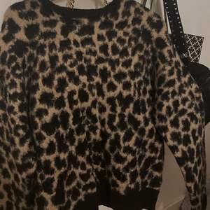 Säljer denna super snygga leopard tröjan från Na-Kd i storlek S. Tyvärr har den inte kommit till användning. Pris + Frakt. Hör av dig vid intresse!