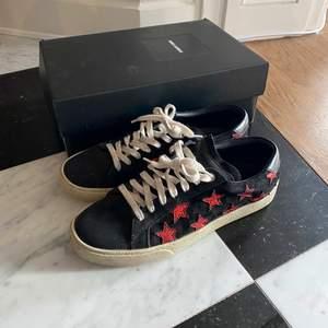 Svarta sneakers i mocka från Saint Laurent med röda stjärnor. Storlek 39!💕