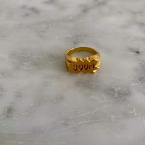 Guldfärgad BOOM ring från Maria Nilsdotter. Storlek 18 mm☺️